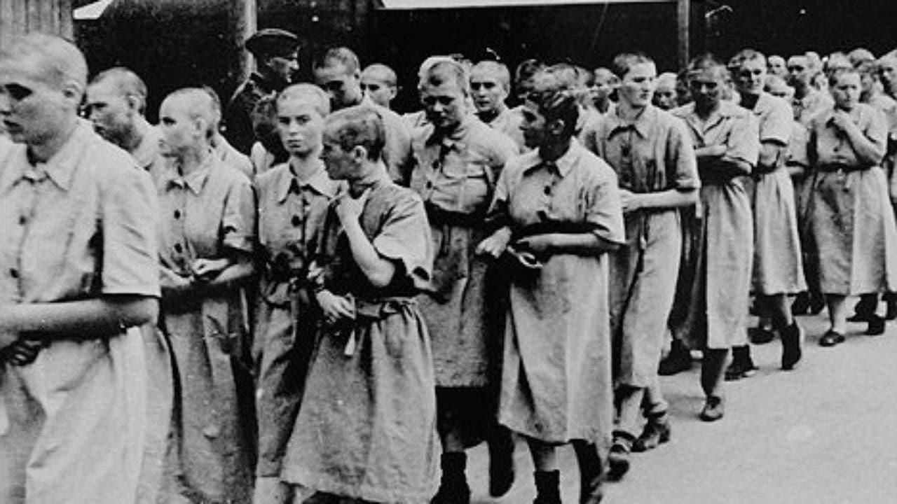 صورة لعدد من النساء في معسكر أوشفيتز