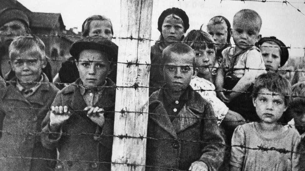صورة لعدد من الأطفال بمعسكرات الاعتقال النازية