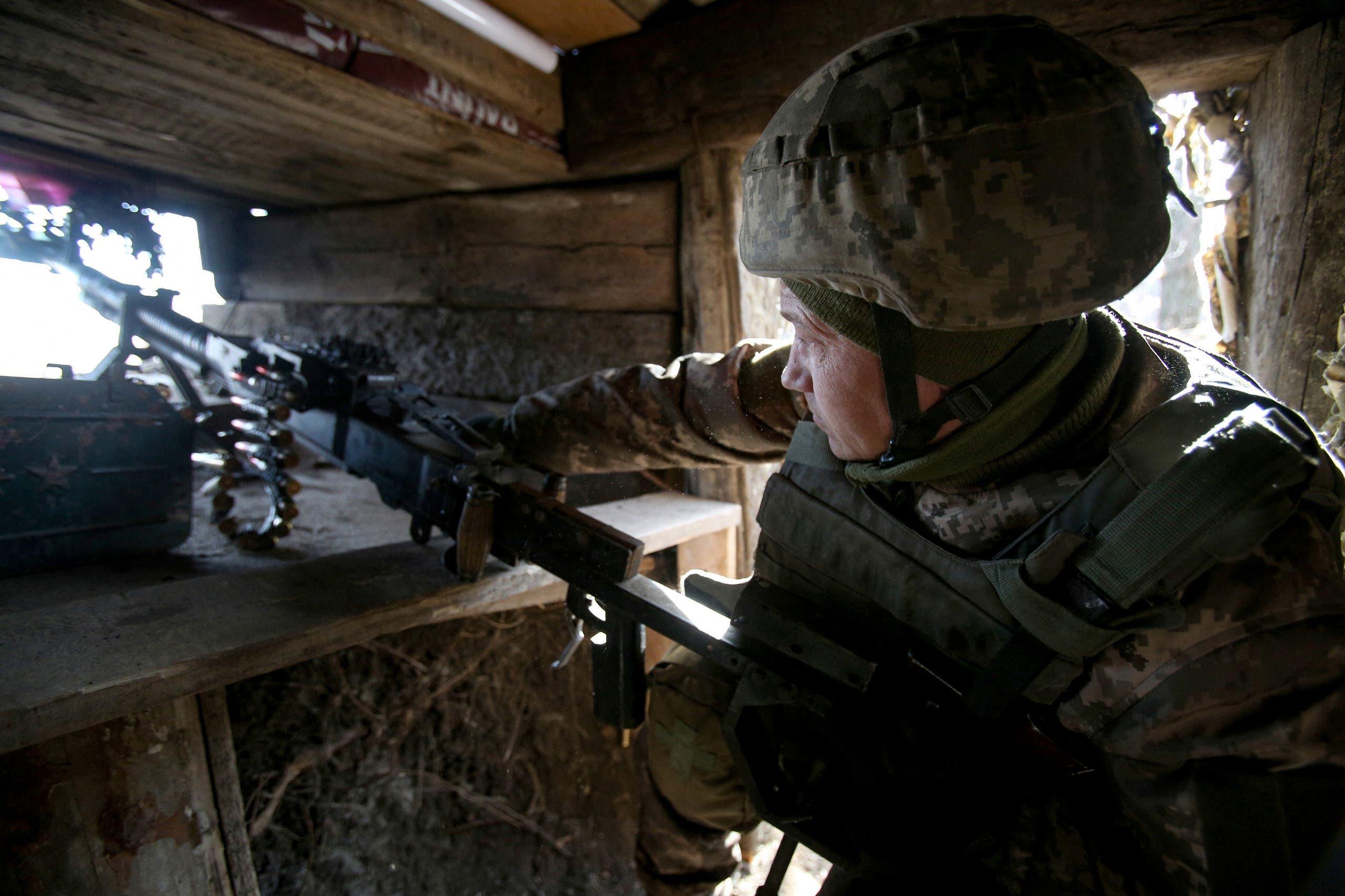 جندي أوكراني على خط التماس في دونتسك التي يسيطر عليها انفصاليون