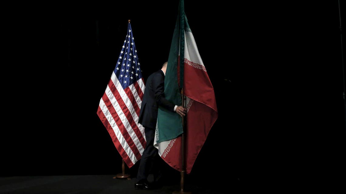 A staff member removes the Iranian flag from the stage after a group picture with foreign ministers and representatives of United States, Iran, China, Russia, Britain, Germany, France and the European Union during the Iran nuclear talks at the Vienna International Center in Vienna, Austria, July 14, 2015. (File photo: Reuters)