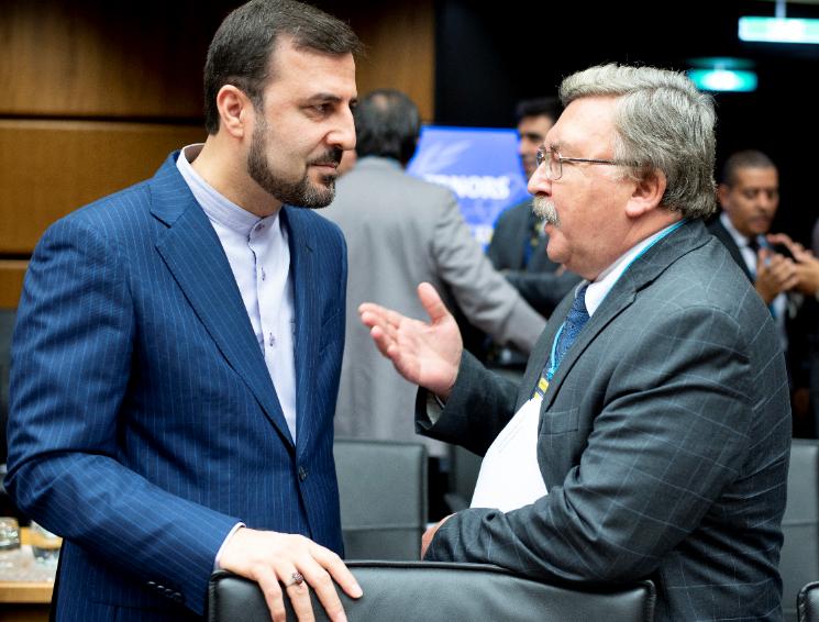 المبعوث الروسي إلى فيينا ميخائيل أوليانوف (يمين) ومندوب إيران لدى الوكالة الدولية للطاقة الذرية كاظم غريب عبادي (يسار)