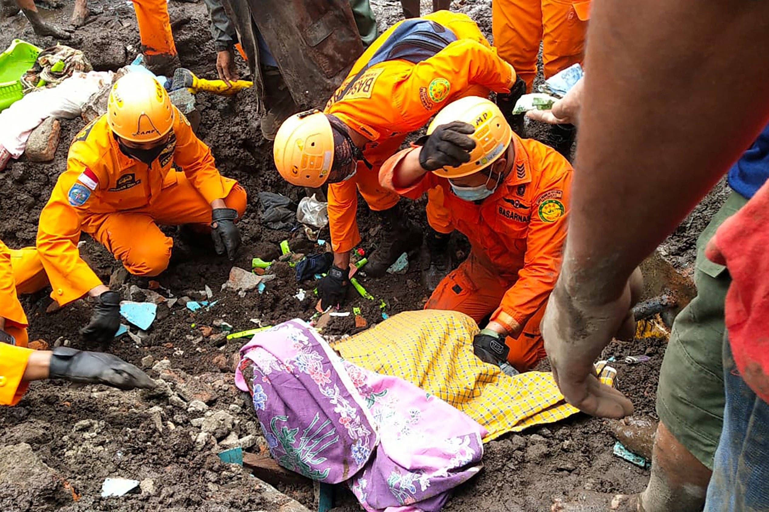 This handout photo taken on April 5, 2021 and released by the National Search and Rescue Agency (BASARNAS) shows rescuers retrieving a victim's body in Nelemamadike village, East Flores, after torrential rains triggered floods and landslides in Indonesia and East Timor. (File photo: AFP)