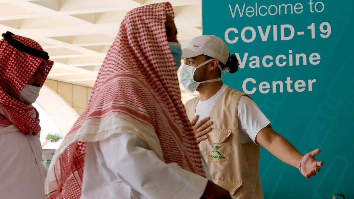 رجل يدخل مركزاً للتطعيم ضد كورونا في السعودية (أرشيفية)