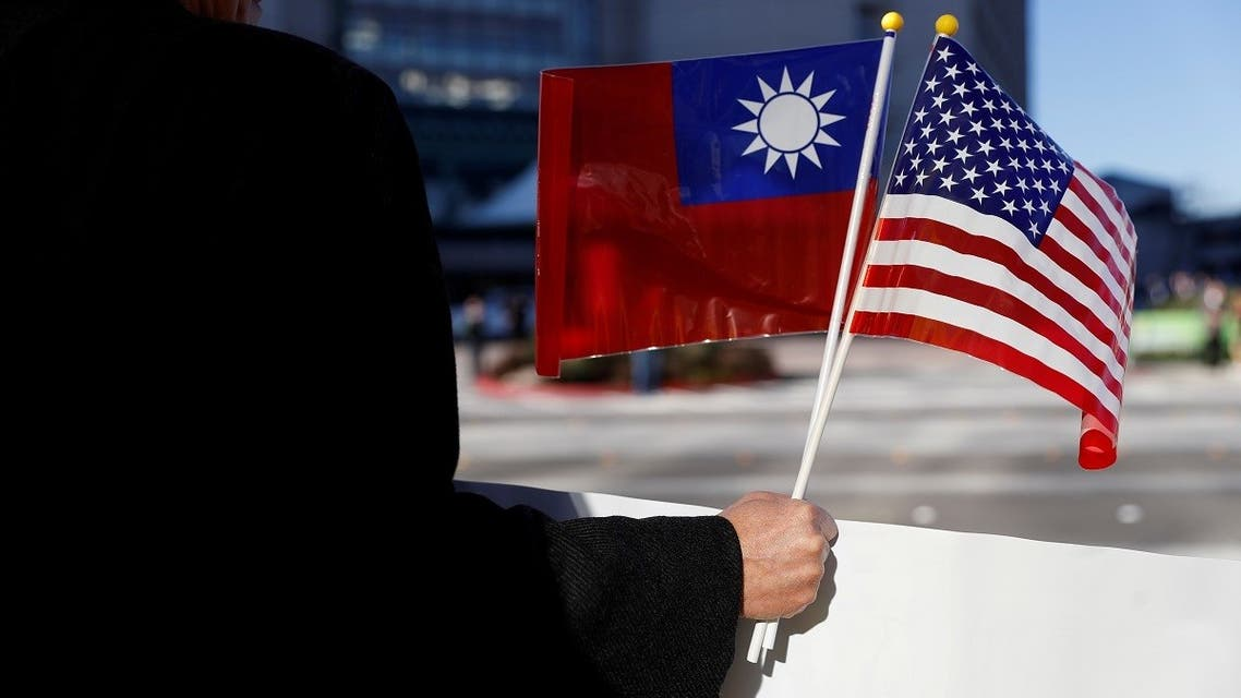 A demonstrator holds flags of Taiwan and the United States in Burlingame, California. (File Photo: Reuters)