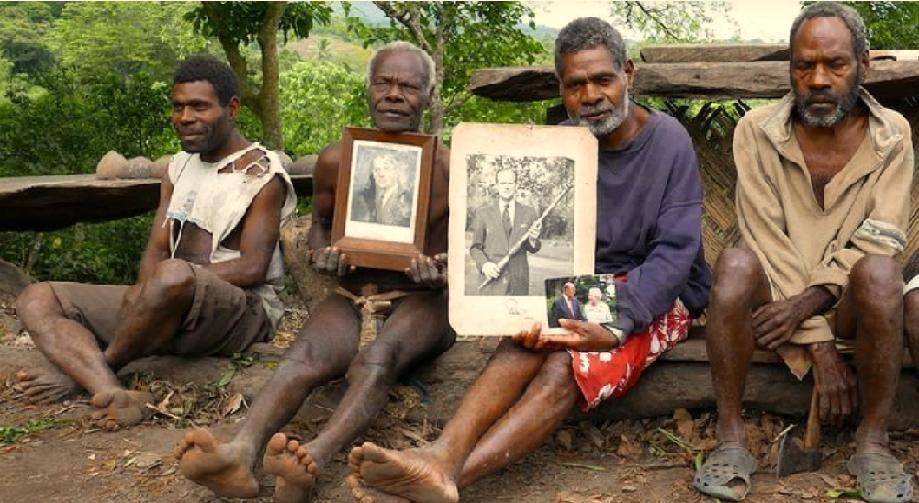أبناء قبيلة بدائية في جزيرة فانواتو، يظنون أن الأمير فيليب ابن اله الجبال، ويتعبدون بصوره