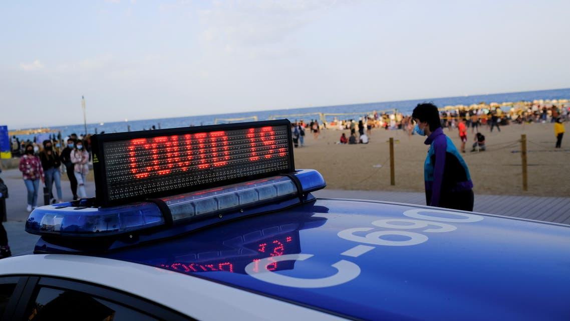 الشرطة في أحد شواطئ برشلونة