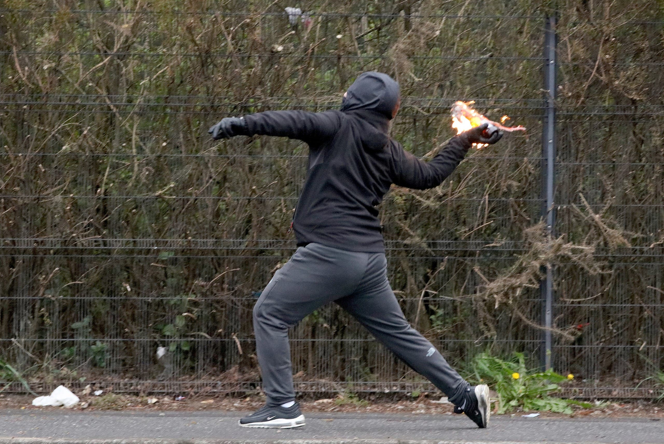 شاب يرمي قتبلة حارقة على الشرطة في بلفاست