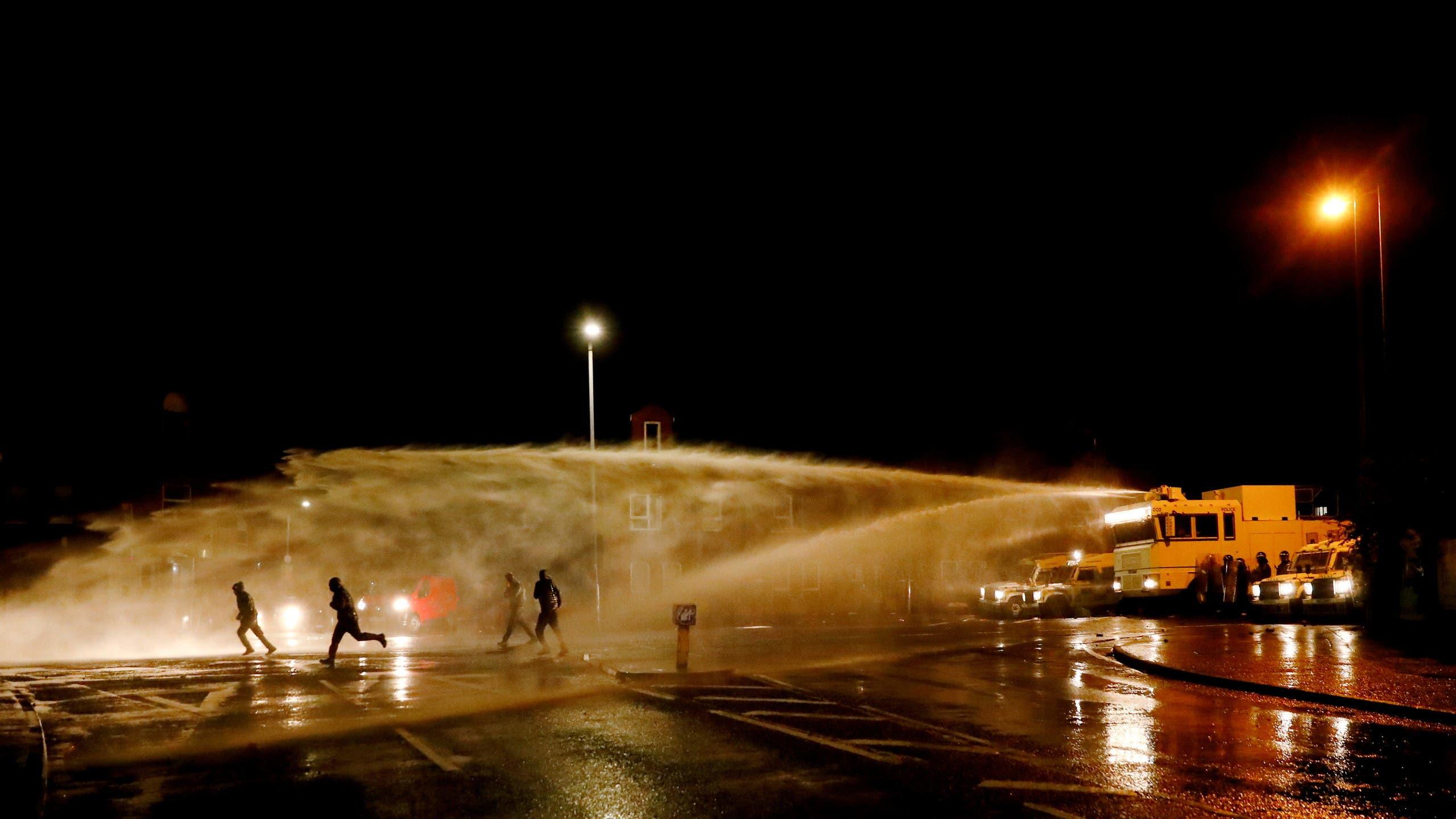 الشرطة تستخدم خراطيم المياه لصد المشاغبين