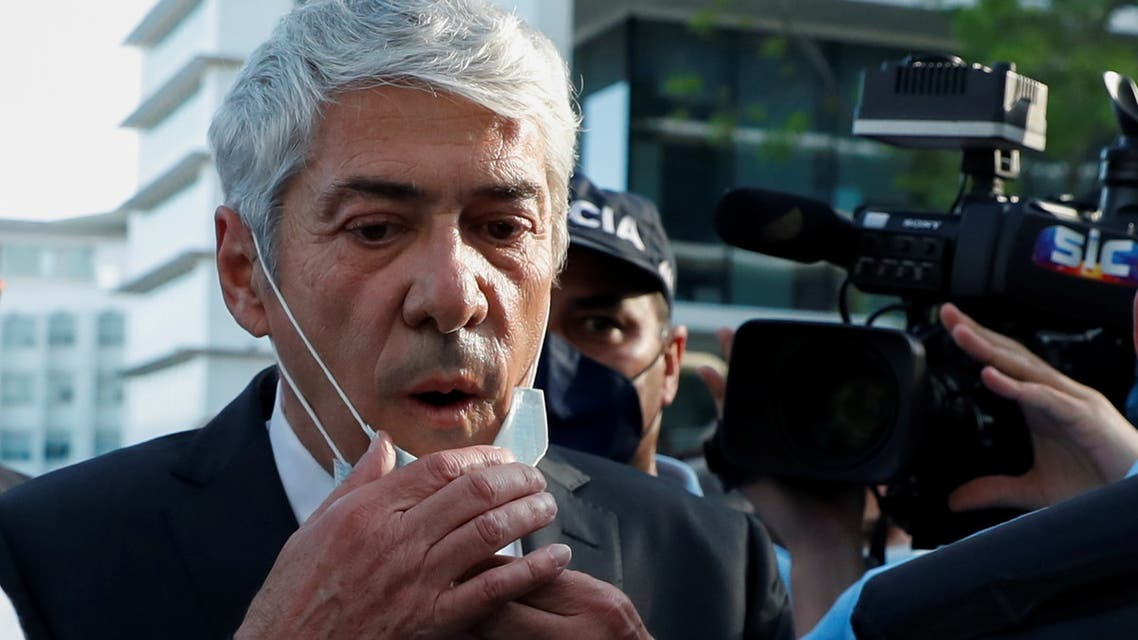 Portugal's former Prime Minister Jose Socrates holds his protective mask as he leaves the court after hearing the rule that he will not stand trial over corruption charges in Lisbon, Portugal, April 9, 2021. (File photo: Reuters)