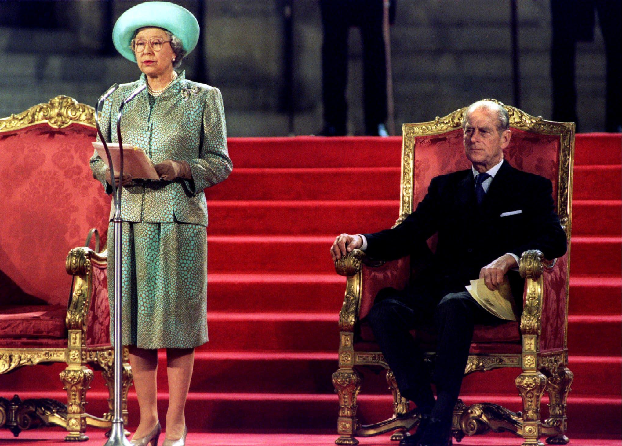 الملكة  اليزابيث والأمير فيليب خلال مناسبة في 1995