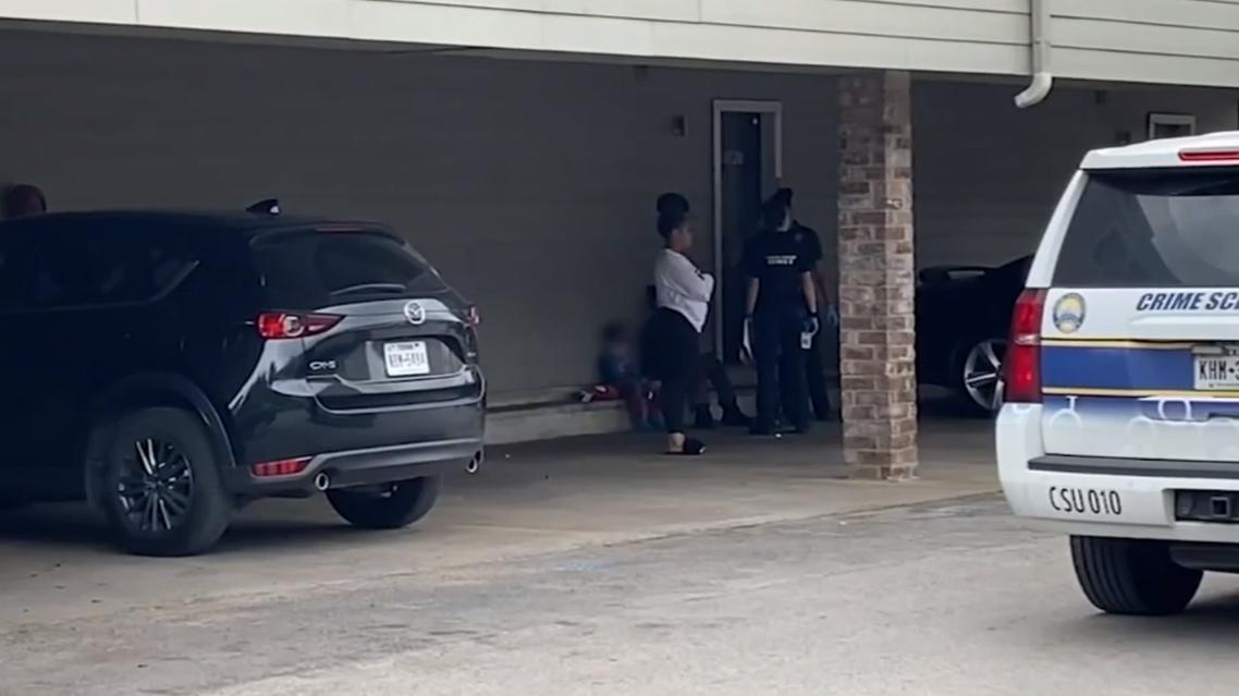 الأخ الأكبر يجلس أمام المنزل ومعه أفراد من العائلة والشرطة