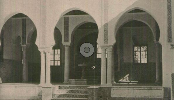 مدخل جامع المنصورة الواقع في ضاحية تلمسان، وقد غلب عليه طابع البناء الإسلامي