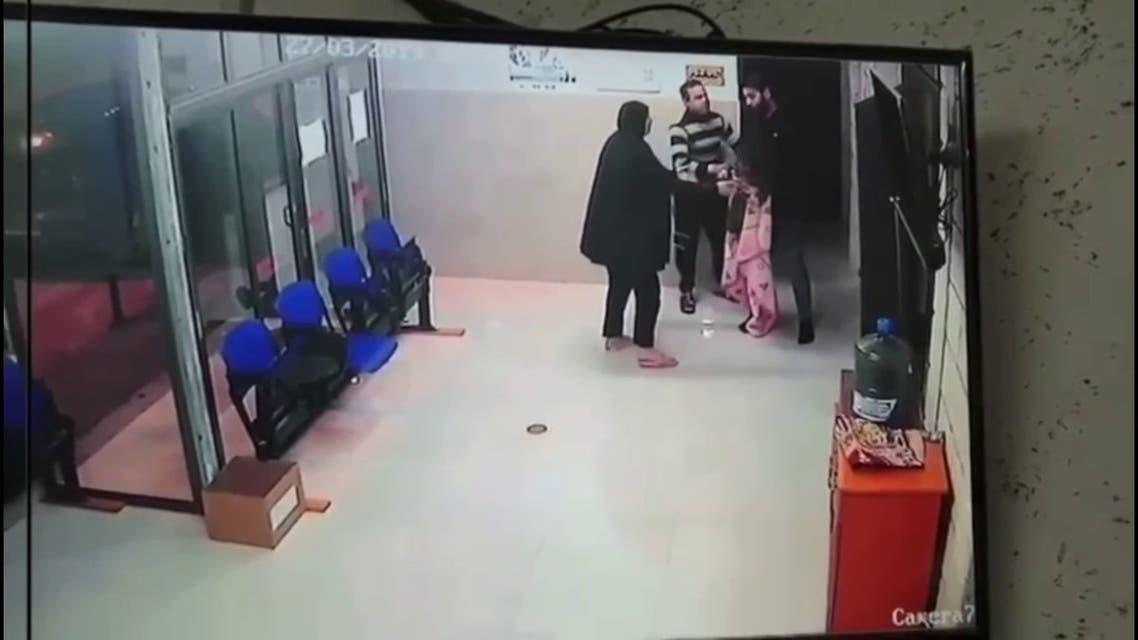 لحظة انقاذ طبيب فلسطيني لطفلة تعاني من حالة حرجة