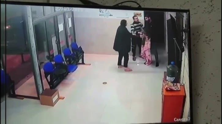 فيديو يحبس الأنفاس.. كيف أنقذ طبيب طفلة فلسطينية من الموت خنقا؟
