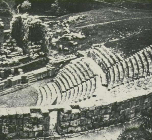 المدرج الروماني، وهو من أنقاض مدينة كويكول الرومانية التي تعرف باسم جميلة، ويرجع عهده إلى القرن الثالث الميلادي