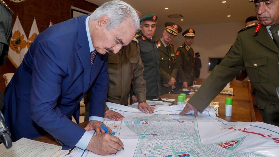 خليفة حفتر يوقع مشروع الكرامة