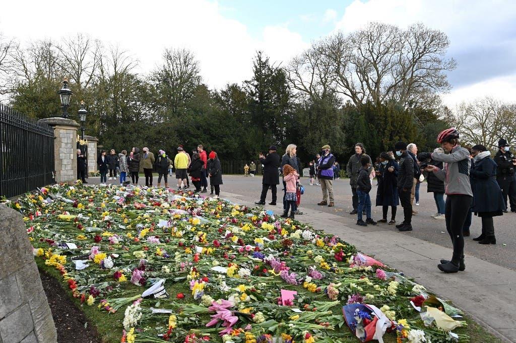 بريطانيون يضعون الزهور خارج قصر باكنغهام بعد وفاة الأمير فيليب - فرانس برس