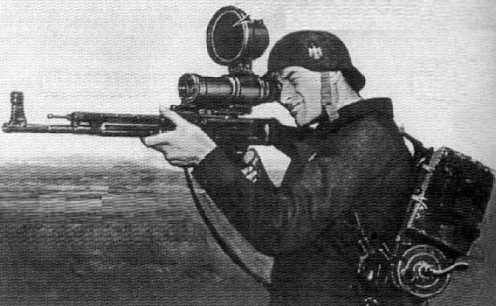 جندي ألماني يحمل بندقية ثبت عليها جهاز الهدف 1229