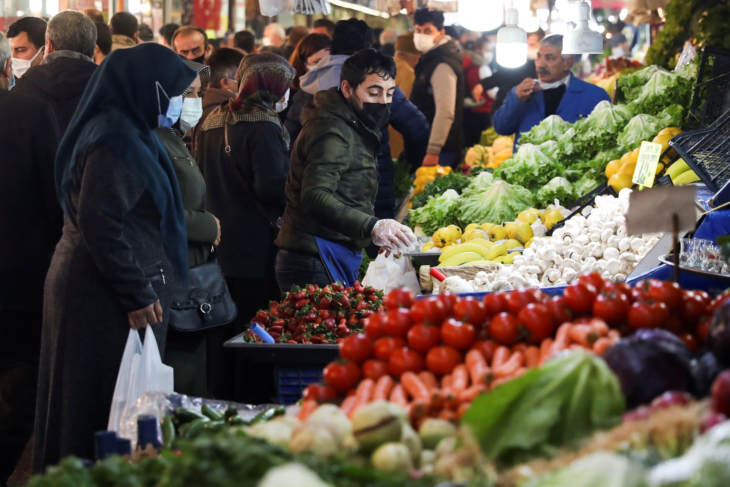 سوق مزدحم في انقرة.. والناس تحتمي بالكمامات