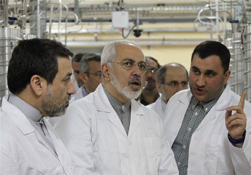 ظريف يتفقد منشأة نطنز بعد انفجار طالها اتهمت طهران إسرائيل بالوقوف وراءه (فرانس برس)