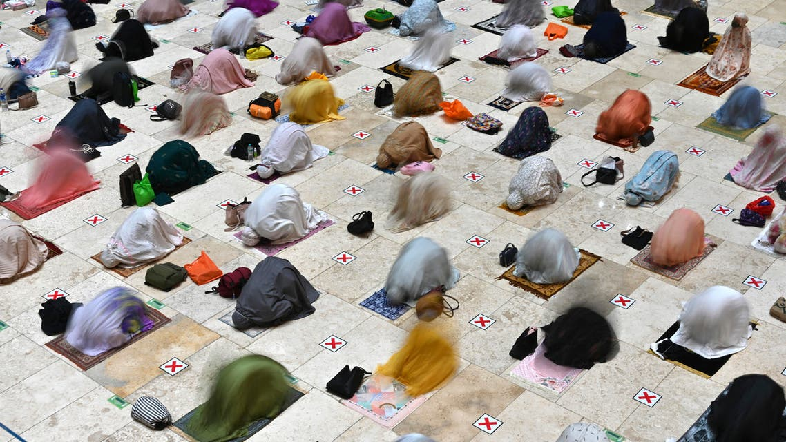 Muslim women offer prayers on the first night of Ramadan at the Istiqlal grand mosque in Jakarta on April 12, 2021. (File photo: AFP)