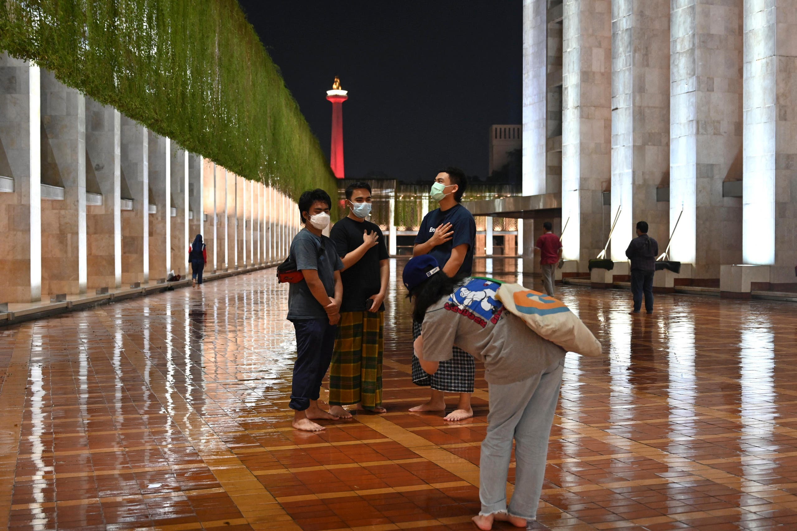 Muslim youths have their picture after prayers on the first night of Ramadan at the Istiqlal grand mosque in Jakarta on April 12, 2021. (File photo: AFP)