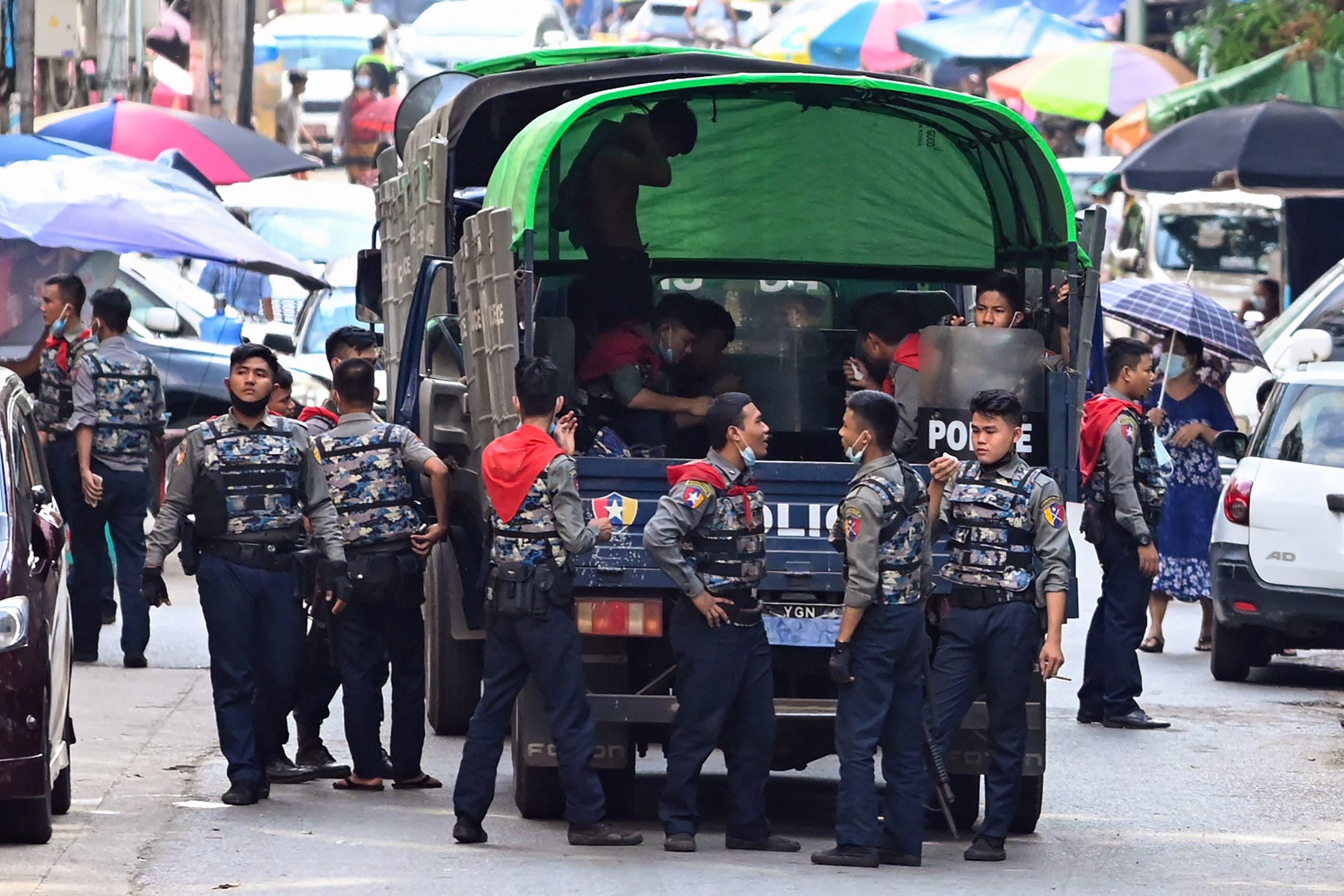 الشرطة تصل لمكان الاحتجاج ضد الانقلاب في يانغون امس الاثنين
