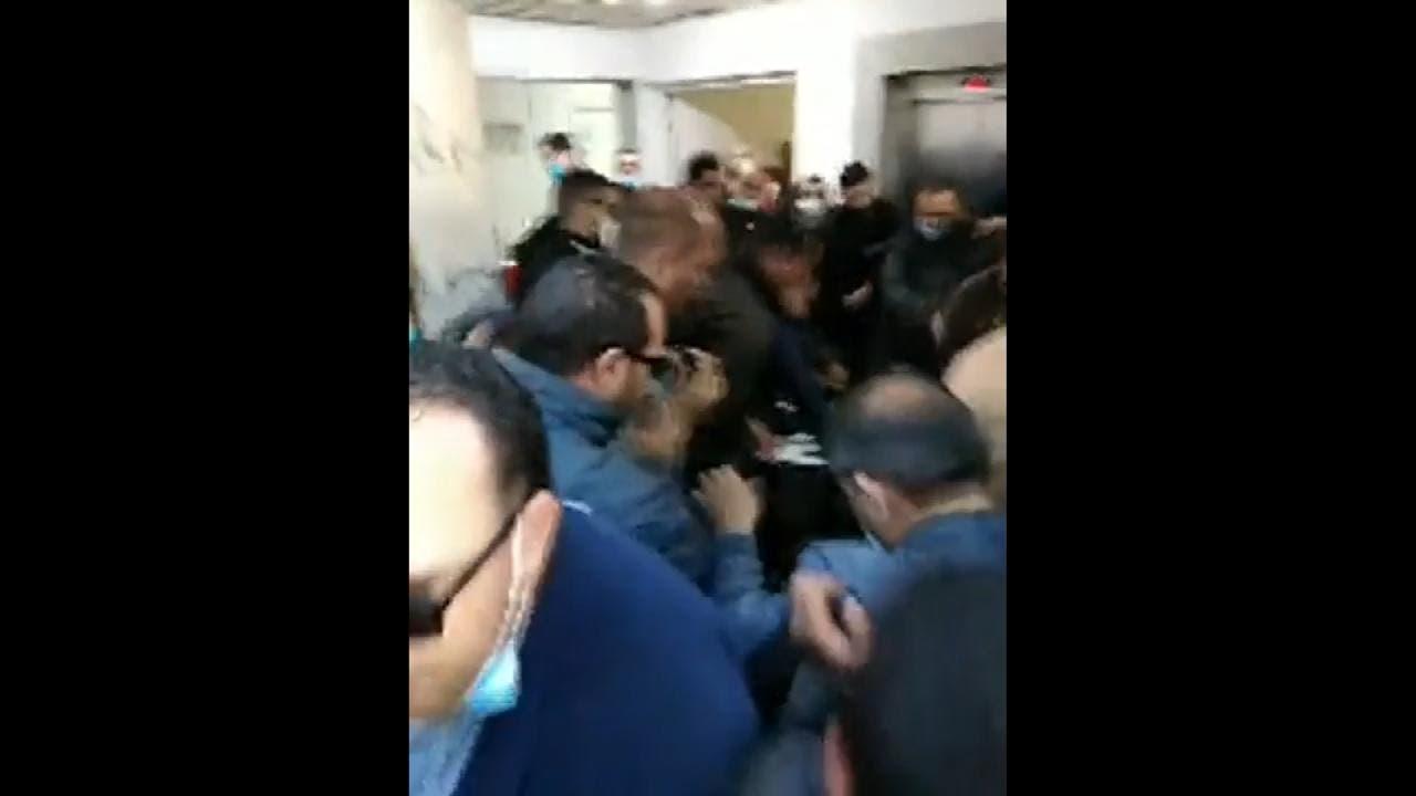 أثناء اقتحام الأمن لمقر وكالة الأنباء