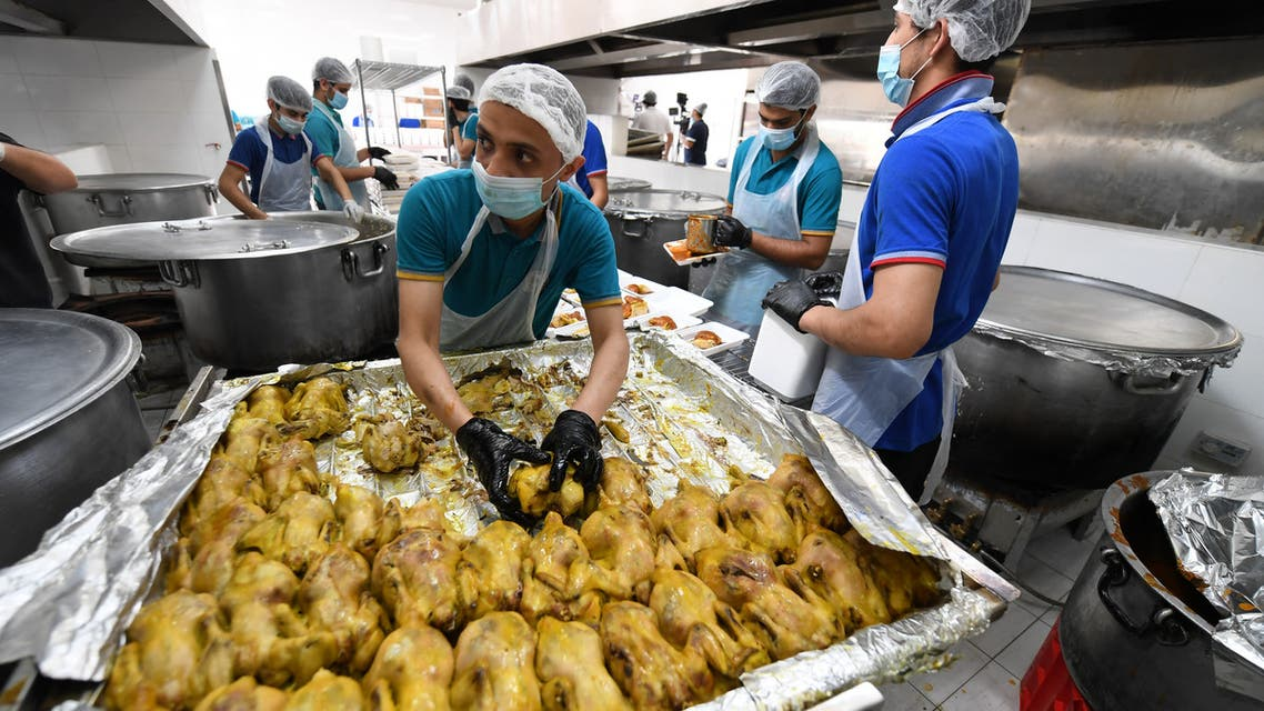 Volunteers prepare Iftar meals to be given to migrant workers during the Muslim holy month of Ramadan on April 28, 2020 in Dubai. (File photo: AFP)