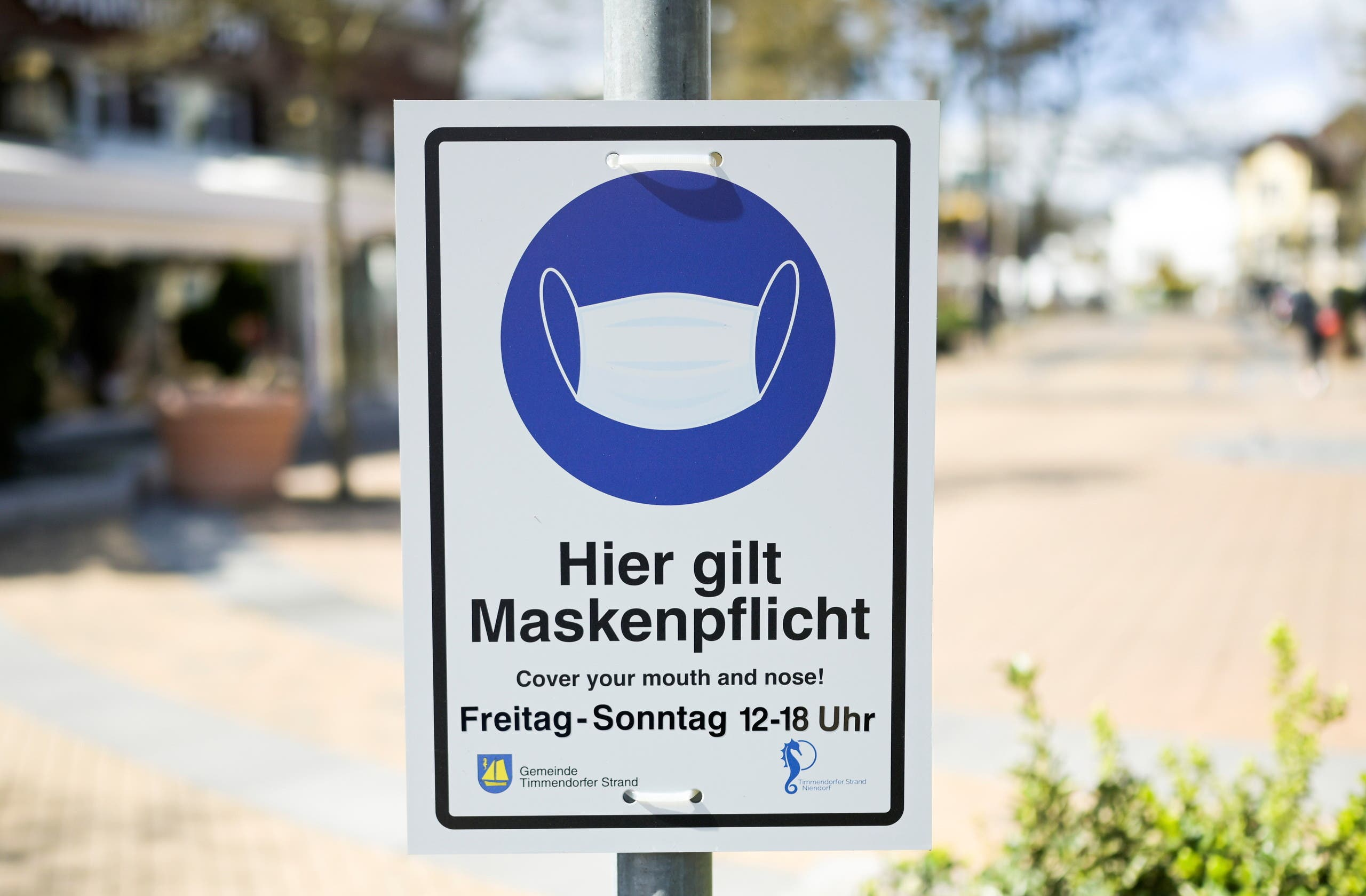 A sign reading Entering the area only with mask is seen amid the coronavirus disease (COVID-19) pandemic in downtown Timmendorfer Strand, Germany April 13, 2021. (File photo: Reuters)