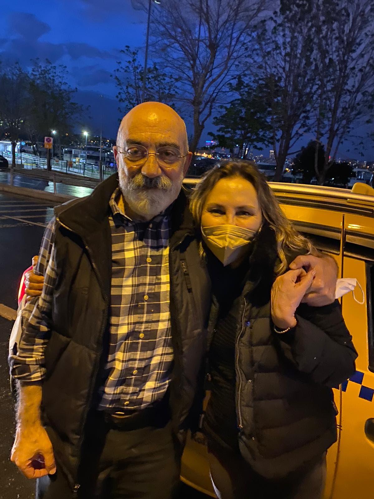 المحامية التركية مع موكلها الصحافي المعروف أحمد آلتان