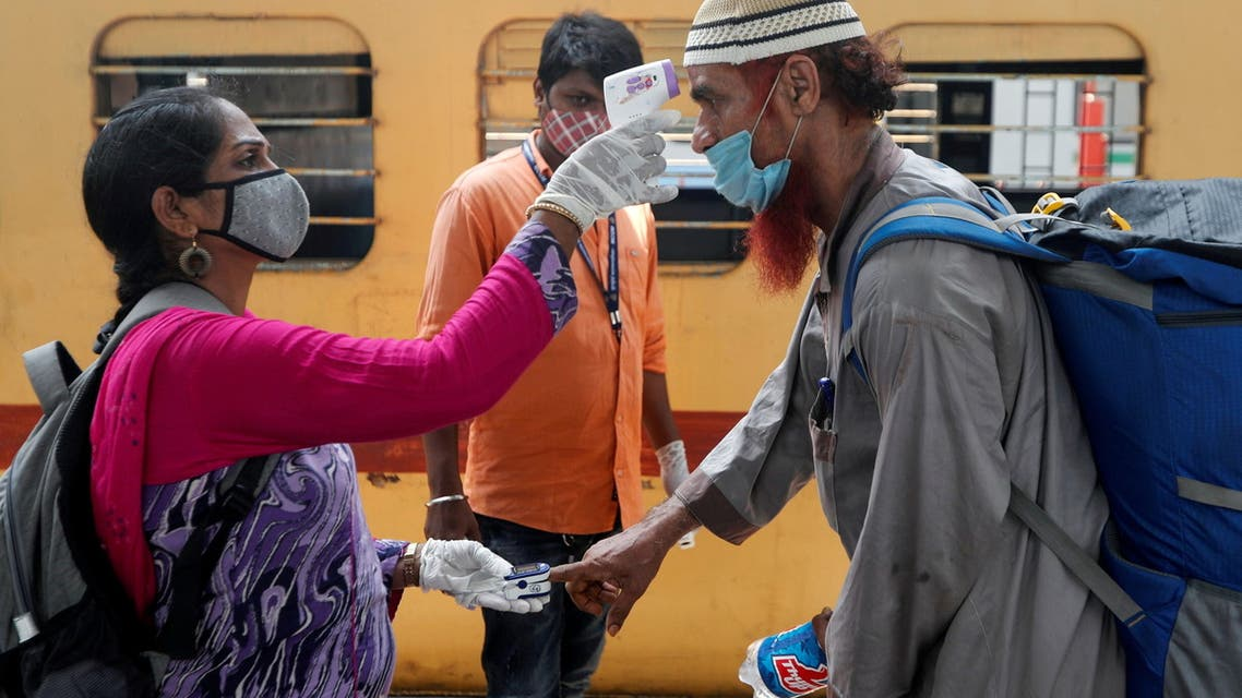 FILE PHOTO: A health worker checks a passenger's temperature and pulse at a railway station platform amidst the spread of the coronavirus disease (COVID-19) in Mumbai, India, April 7, 2021. (File Photo: Reuters)