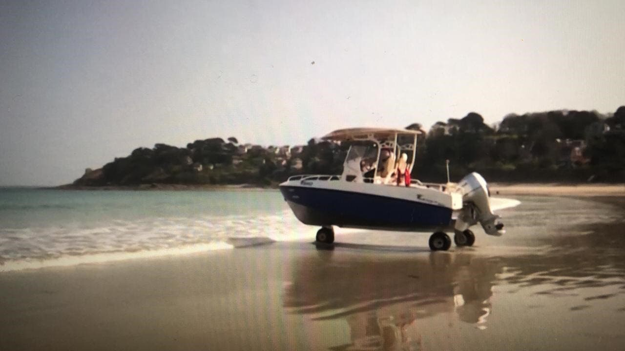 قایق در ساحل دریا قبل از ورود به آب