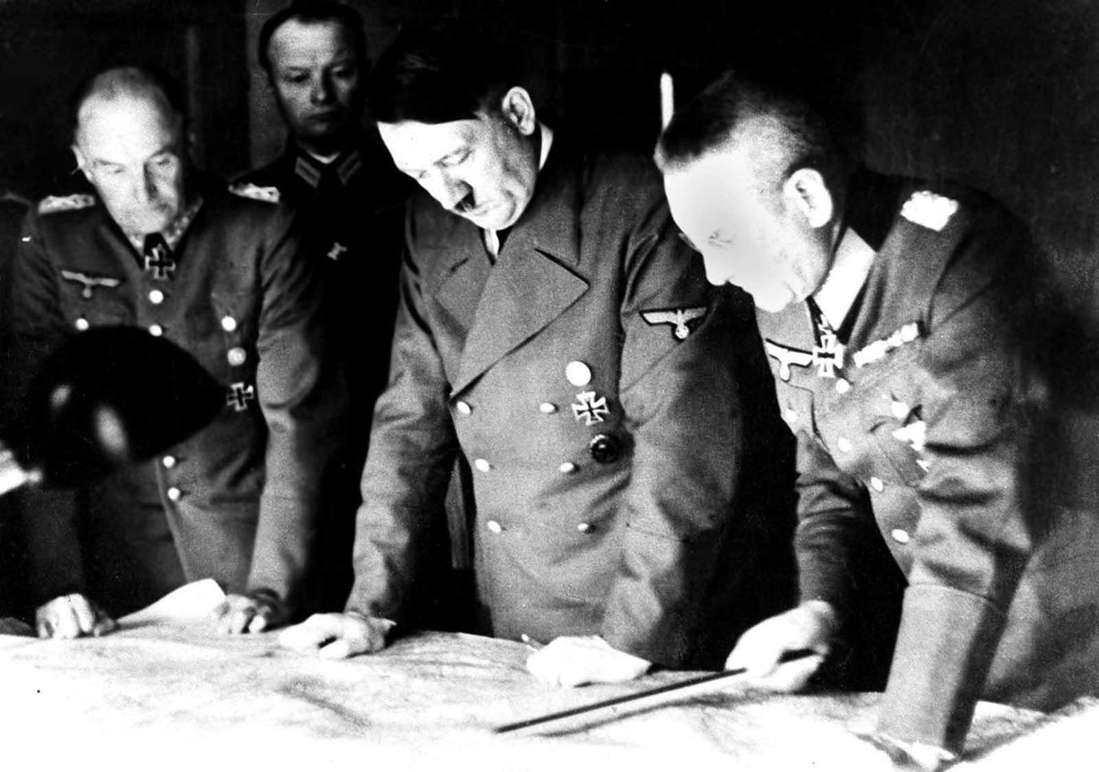 صورة لأدولف هتلر وهو يناقش عملية غزو الإتحاد السوفيتي مع جنرالاته