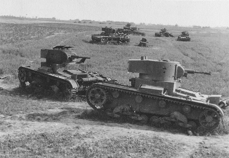 دبابات سوفيتية من نوع تي 26 مدمرة مع بداية الهجوم الألماني