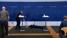 ویدیو؛ رئیس سازمان داروئی دانمارک در نشست خبری از هوش رفت