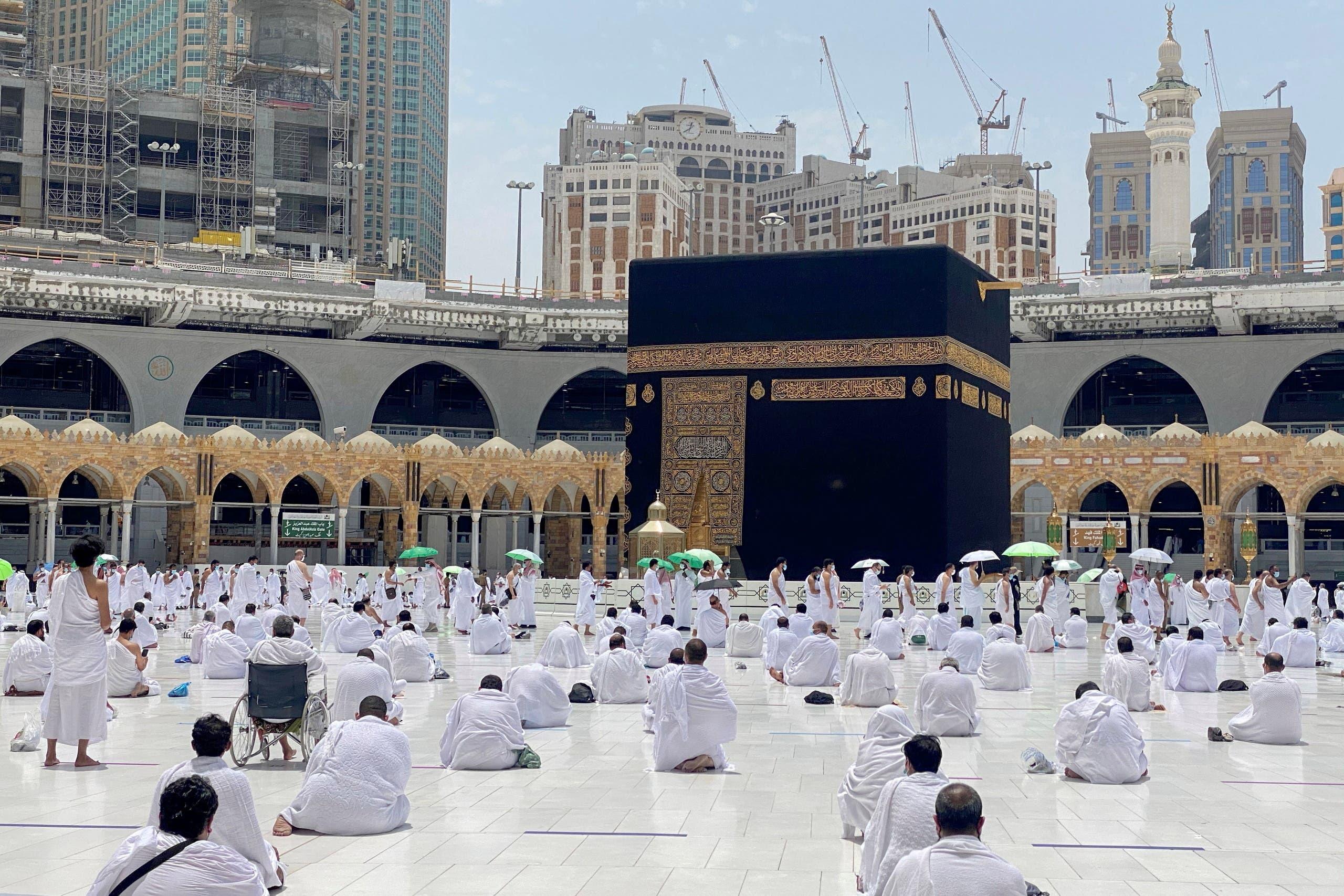 مکہ مکرمہ کی مسجد حرام میں ماہ رمضان کے پہلے جمعہ کے موقع پر نمازی حضرات جمعہ کی نماز پڑھ رہے ہیں۔ [رائیٹرز]