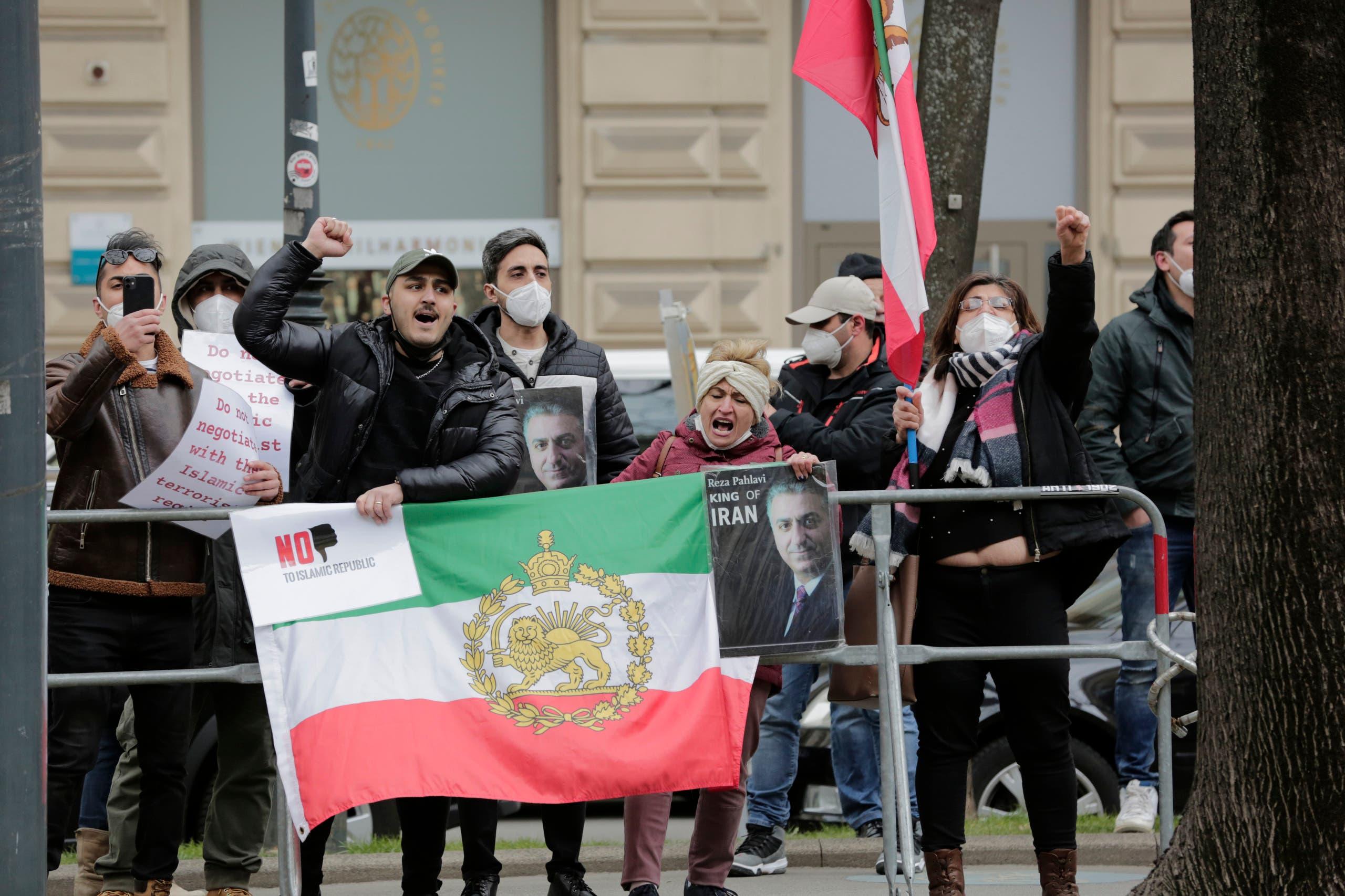 معارضون إيرانيون أمام مقر المفاوضات حول الاتفاق النووي الإيراني في فيينا (أرشيفية- أسوشييتد برس)