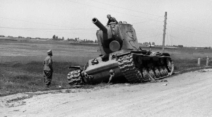 دبابة سوفيتية كي دبليو 2 مدمرة عقب استهدافها من قبل الألمان مع بداية عملية بربروسا