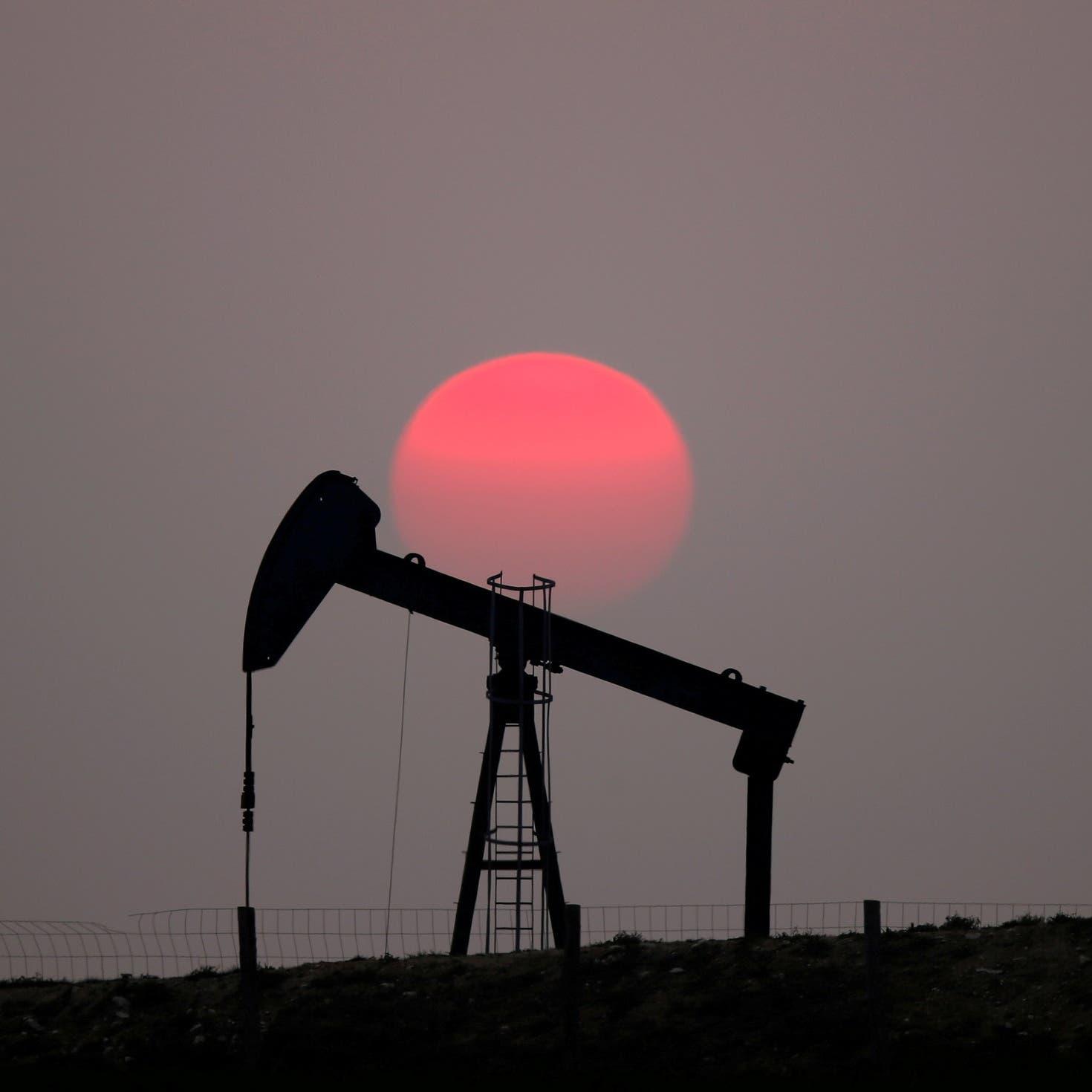 النفط يمضي على مسار تحقيق ربح أسبوعي بنحو 7%