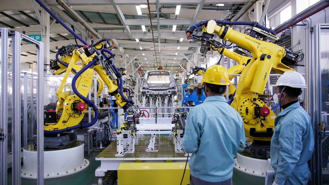 أحد مصانع السيارات في شنغهاي بالصين (رويترز)