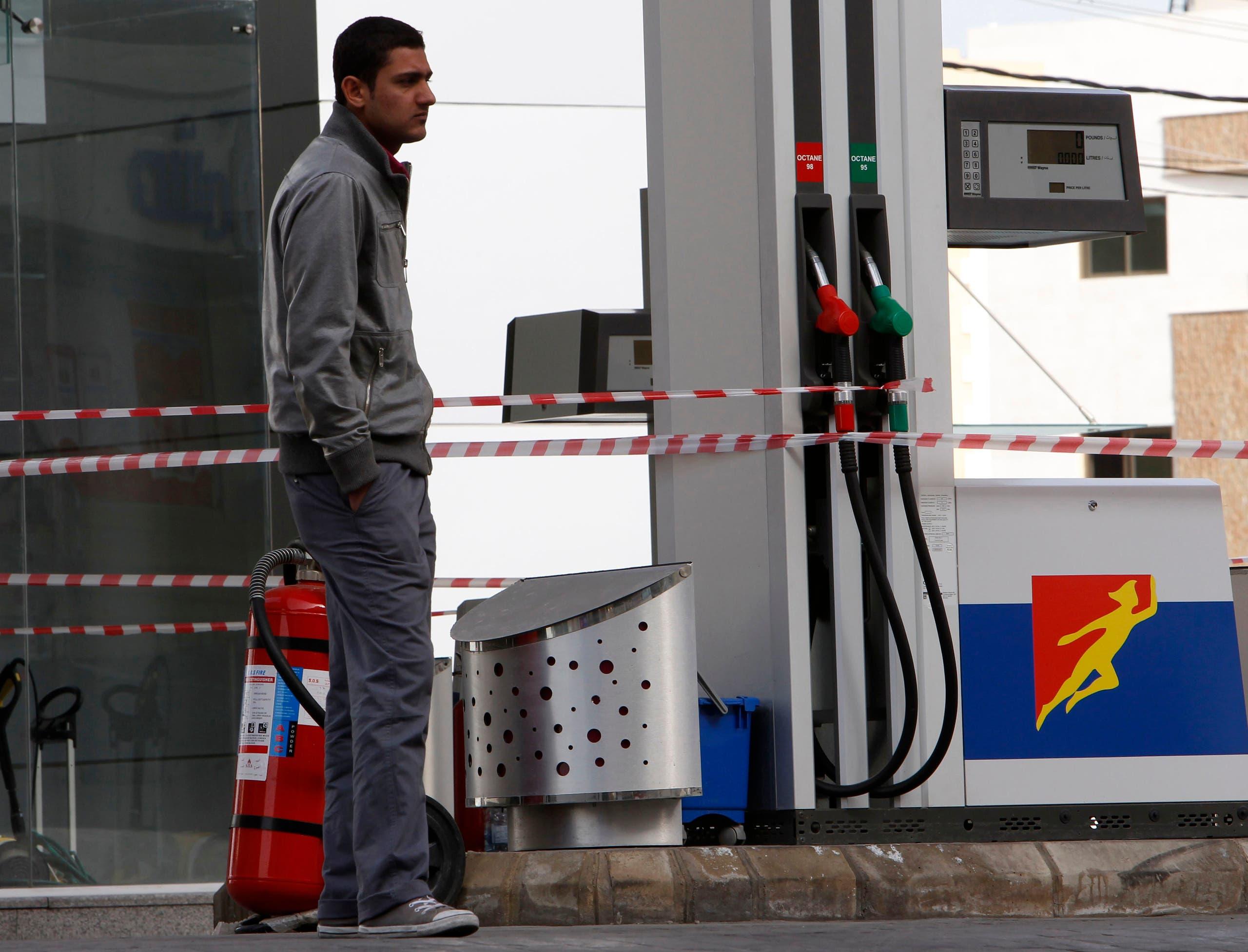 إقفال إحدى محطات الوقود في لبنان بسبب نقص البنزين (أرشيفية من رويترز)