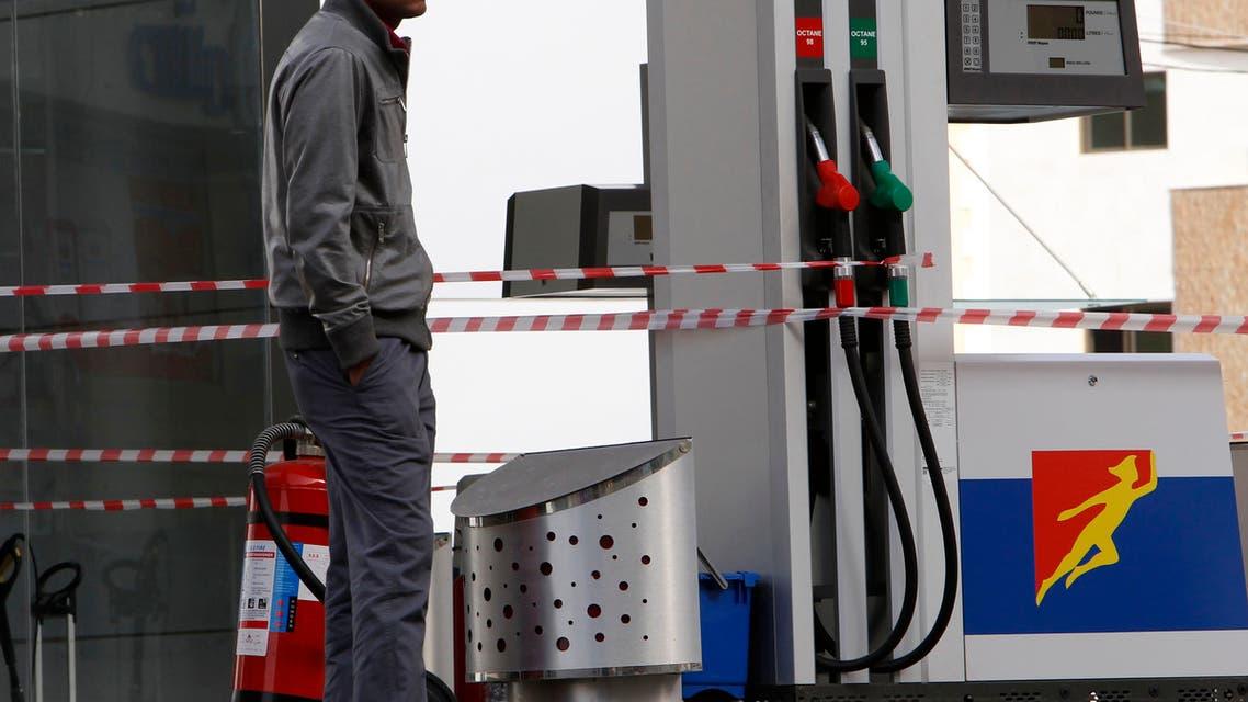 إقفال إحدى محطات الوقود في لبنان بسبب نقص البنزين (رويترز)