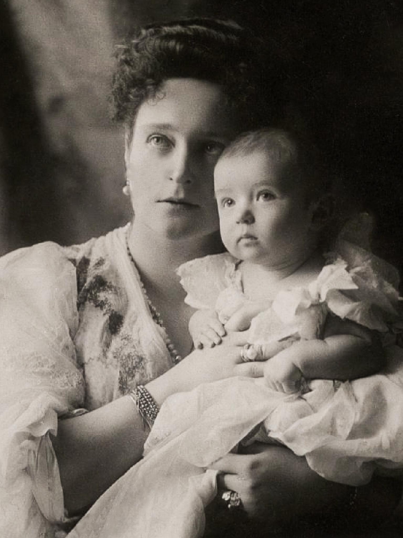 صورة لوريث عرش روسيا ألكسي مع والدته