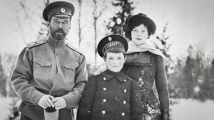 صورة لوريث عرش روسيا ألكسي مع والده ووالدته