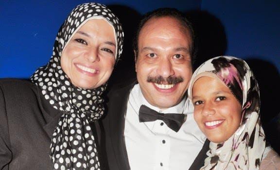الراحل خالد الصالح يتوسط زوجته وابنته - صورة أرشيفية
