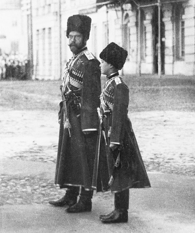 صورة للقيصر نيقولا الثاني وابنه ألكسي وهما بالزي العسكري