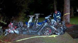 فيديو لسيارة لم يكن أحد يقودها تصطدم بشجرة وتقتل رجلين