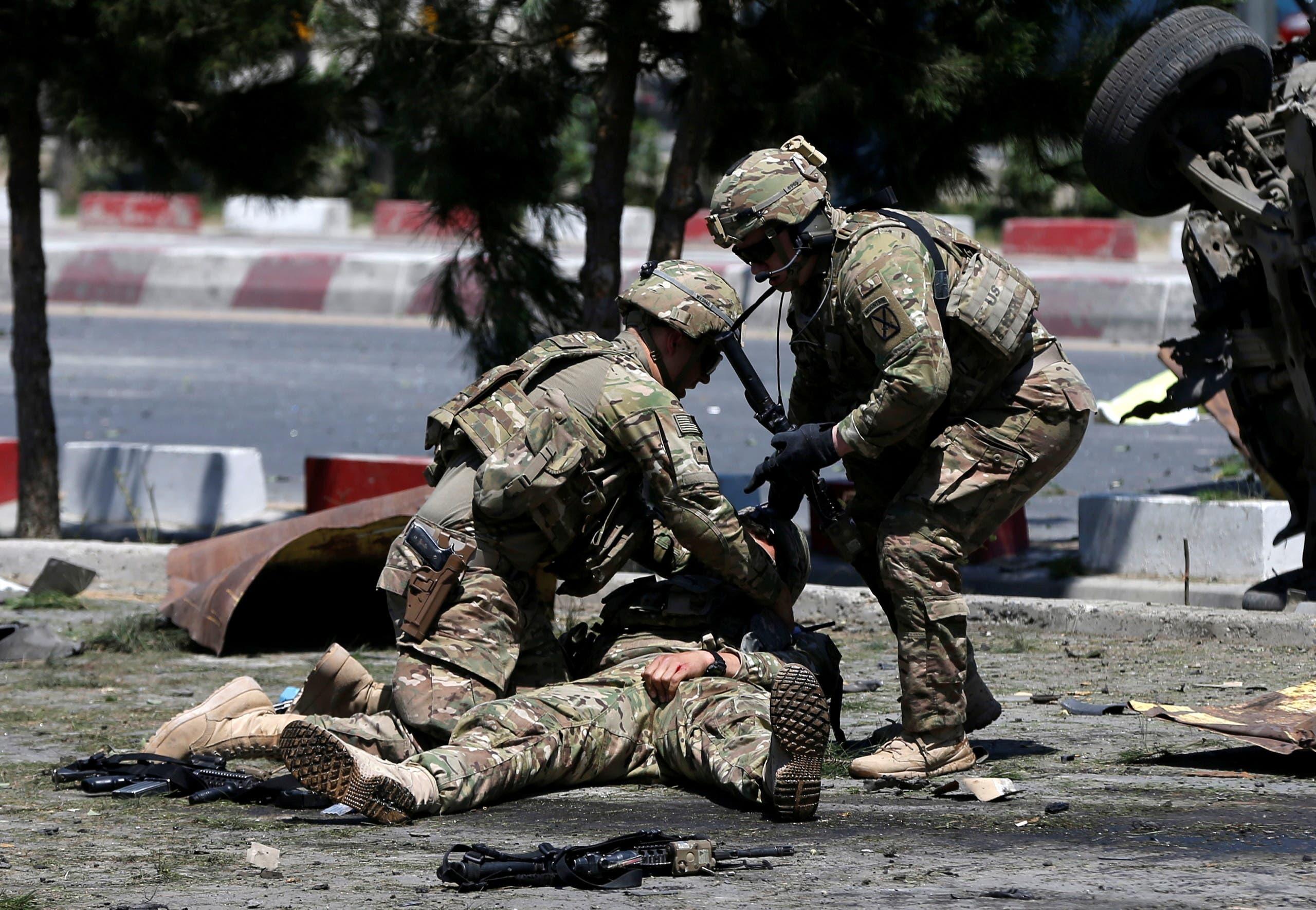 جنديان أميركيان يسعفان زميلهما بعد انفجار في كابول في 2015