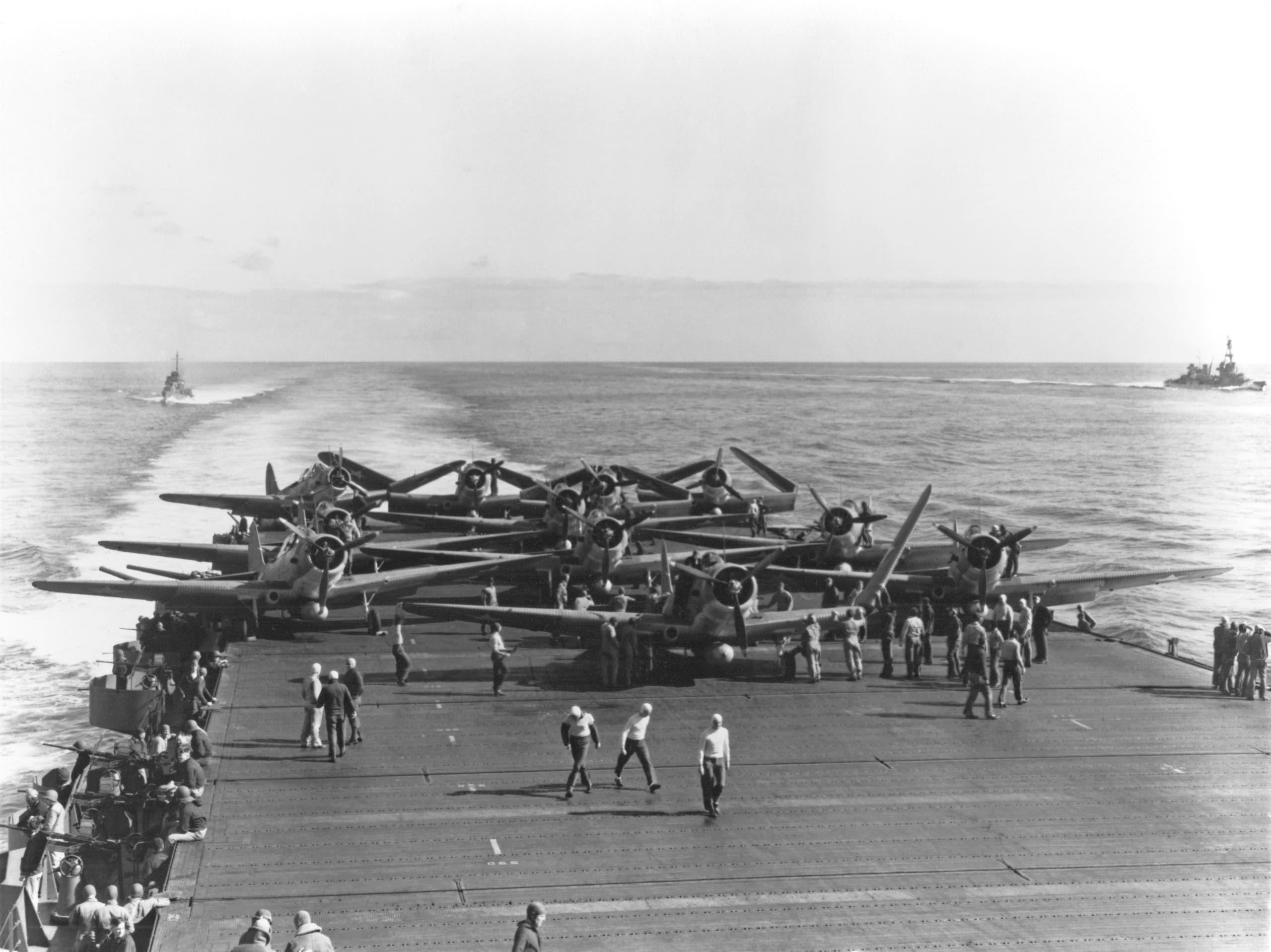 صورة لطائرات أميركية على متن إحدى حاملات الطائرات